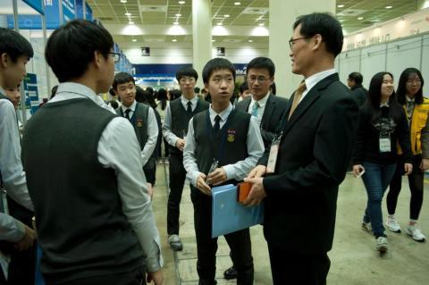 2017 대한민국 청소년 창업경진대회 관계자분과 참석 자품에 대해 설명하는 학생의 사진입니다.