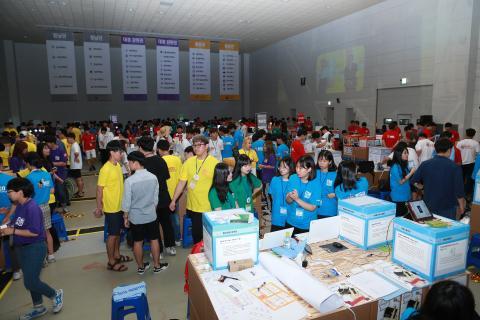 2017 대한민국 청소년 창업경진대회 부스를 만들고 있는 참가 학생들의 사진입니다.