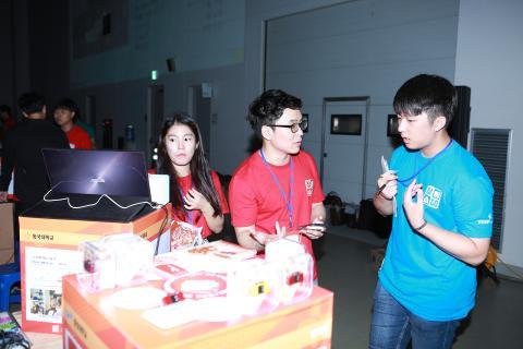 2017 대한민국 청소년 창업경진대회 참가 학생과 설명을 듣는 학생의 사진입니다.