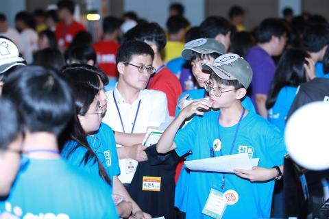 2017 대한민국 청소년 창업경진대회 참가 학생과 설명을 듣는 심사위원 사진입니다.
