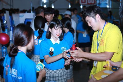 2017 대한민국 청소년 창업경진대회 참가 학생들끼리 교류하고 있는 사진입니다.